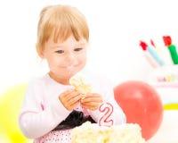 Kleines Mädchen, das zweiten Geburtstag feiert Stockfotos