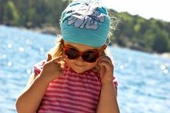 Kleines Mädchen in dem Meer stockfoto