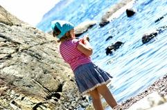 Kleines Mädchen in dem Meer lizenzfreie stockfotografie