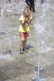 Kleines Mädchen an den Brunnen stockbilder