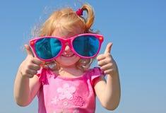 Kleines Mädchen in den Gläsern Lizenzfreies Stockfoto