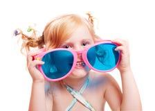 Kleines Mädchen in den großen Gläsern Lizenzfreie Stockbilder