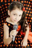 Kleines Mädchen im orange Erbsenkleid Lizenzfreie Stockfotos