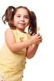 Kleines Mädchen in den Pferdeschwänzen, die einen Lutscher anhalten lizenzfreie stockfotos
