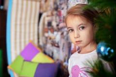 Kleines Mädchen in den Pyjamas Das Konzept von Weihnachten Stockbilder