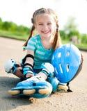 Kleines Mädchen in den Rollenrochen Stockfoto