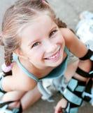 Kleines Mädchen in den Rollschuhen stockfotos