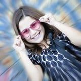 Kleines Mädchen in den rosafarbenen Gläsern mit Summeneffekt Stockbild