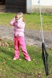 Kleines Mädchen in den rosafarbenen Holdingohren Stockbild