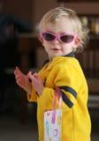 Kleines Mädchen in den Sonnenbrillen Stockfoto