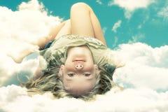 Kleines Mädchen in den Wolken Lizenzfreie Stockfotos