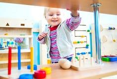 Kleines Mädchen in der frühen Entwicklung des Klassenzimmers Stockfotografie