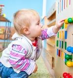 Kleines Mädchen in der frühen Entwicklung des Klassenzimmers Lizenzfreie Stockbilder