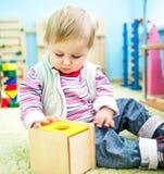 Kleines Mädchen in der frühen Entwicklung des Klassenzimmers Lizenzfreies Stockfoto
