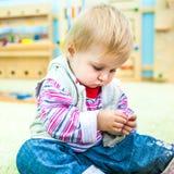 Kleines Mädchen in der frühen Entwicklung des Klassenzimmers Stockfotos