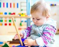 Kleines Mädchen in der frühen Entwicklung des Klassenzimmers Lizenzfreie Stockfotos