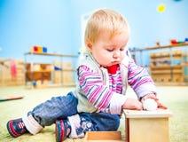 Kleines Mädchen in der frühen Entwicklung des Klassenzimmers stockfoto