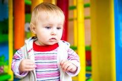 Kleines Mädchen in der frühen Entwicklung des Klassenzimmers Lizenzfreies Stockbild