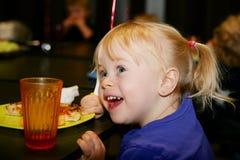 Kleines Mädchen an der Geburtstagsfeier Lizenzfreie Stockfotos