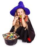Kleines Mädchen der Hexe mit Süßigkeit. Lizenzfreies Stockfoto
