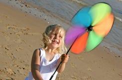 Kleines Mädchen an der Küste Stockfotografie