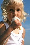 Kleines Mädchen an der Küste Lizenzfreies Stockfoto