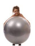 Kleines Mädchen an der Kugel Stockfoto