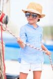 Kleines Mädchen an der Luxusyacht Stockfotografie