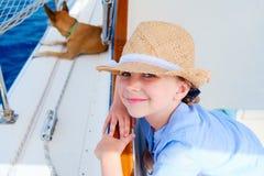 Kleines Mädchen an der Luxusyacht mit Schoßhund Stockfoto