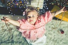 Kleines Mädchen der Mode, das Weihnachtsbaum verziert Stockbild