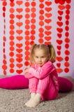 Kleines Mädchen in der modischen Sportkleidung Lizenzfreie Stockbilder
