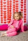 Kleines Mädchen in der modischen Sportkleidung Lizenzfreies Stockbild