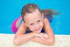 Kleines Mädchen der Nahaufnahme, das Spaß Schwimmen in der im Freien hat stockfotografie