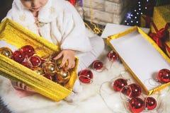 Kleines Mädchen der Nahaufnahme, das Weihnachtsbaum verziert Lizenzfreie Stockfotos