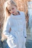 Kleines Mädchen der netten Mode steht nahe See still lizenzfreie stockbilder