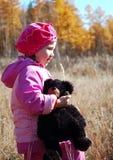 Kleines Mädchen in der rosafarbenen Klage Stockfoto