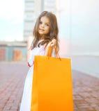 Kleines Mädchen der schönen Mode mit Einkaufstasche Stockbilder