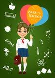 Kleines Mädchen in der Schuluniform, die Ballone mit zurück zu dem Schultext steht vor Schuleinzelteilen auf Tafel hält Stockbilder