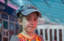 Kleines Mädchen in der Schutzkappe Stockfotografie