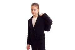 Kleines Mädchen in der schwarzen Jacke, die Diplomaten hält Lizenzfreies Stockbild