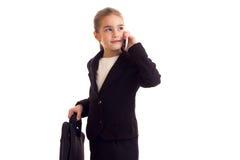 Kleines Mädchen in der schwarzen Jacke, die Diplomaten hält Lizenzfreie Stockfotografie
