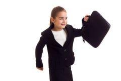 Kleines Mädchen in der schwarzen Jacke, die Diplomaten hält Stockbilder