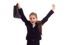 Kleines Mädchen in der schwarzen Jacke, die Diplomaten hält Lizenzfreie Stockfotos