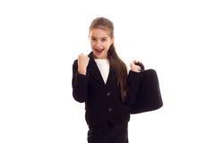 Kleines Mädchen in der schwarzen Jacke, die Diplomaten hält Lizenzfreies Stockfoto