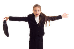 Kleines Mädchen in der schwarzen Jacke, die Diplomaten hält Stockbild