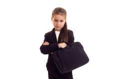 Kleines Mädchen in der schwarzen Jacke, die Diplomaten hält Stockfotografie