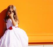 Kleines Mädchen der Straßenmode im Kleid Stockfotografie