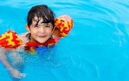 Kleines Mädchen der Tintenfische im Swimmingpool Lizenzfreies Stockfoto