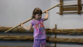 Kleines Mädchen in der Turnhalle stock video