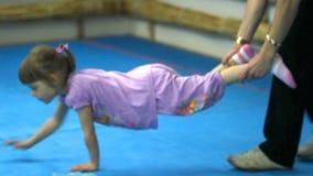 Kleines Mädchen in der Turnhalle stock video footage